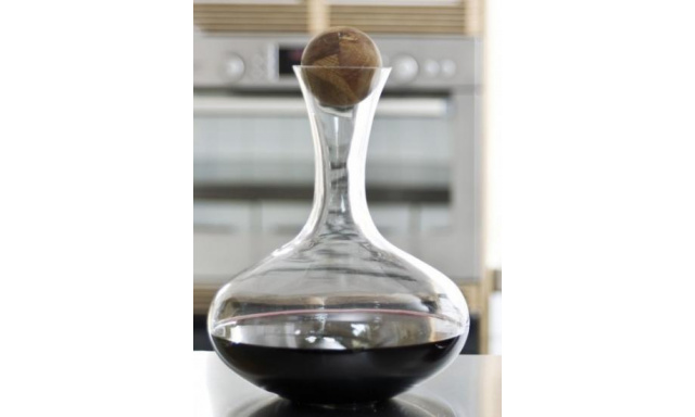 Karafa s drevenou guličkou SAGAFORM Oval Oak, červ.víno, 2L